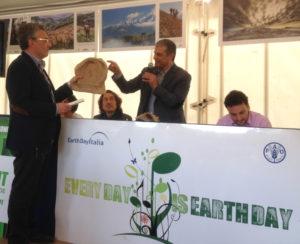 Premiazione Concorso Sguardo alla Terra - La premiazione del 3° classificato con il racconto Cascine, Boschi, Rittani, Luigi Vallebona di Savona.