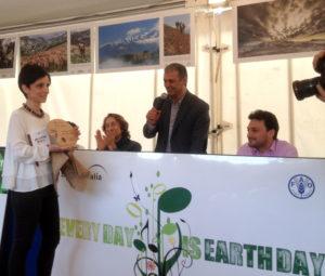 Premiazione Concorso Sguardo alla Terra - La premiazione della vincitrice  del Concorso, Maria Paola Colantoni di Sulmona con il racconto L'Impiegato.